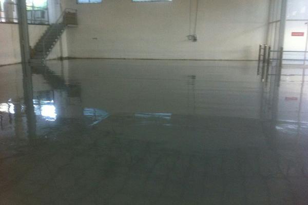 רצפת מפעל מחופה באפוקסי אפור