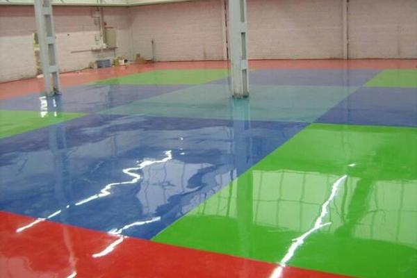 רצפת אפוקסי צבעונית בצבעים ירוק כחול ואדום המפעל