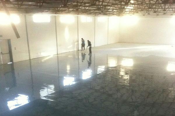 עובדי אדל פרויקטים במהלך חיפוי רצפה במפעל
